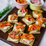 Toastjes met cashewcrème en gemarineerde wortel