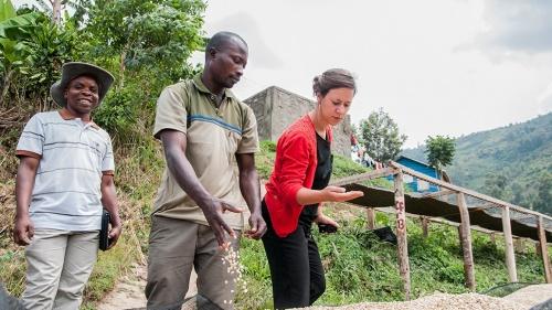 Adeline, Oxfams koffiespecialiste, op bezoek bij coöperatie Muungano in DR Congo.